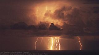 12189950_1737945039761923_キプロス、ラルナカとリマソルの近くに雷弾幕.jpg