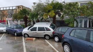 Ca4rxFiW0AEVYMzクロアチア、ロヴィニ、強風と波で車に被害.jpg