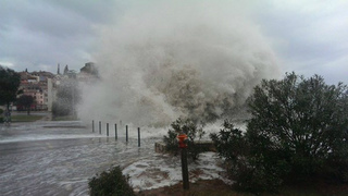 Ca4rxx7XIAAZb0bクロアチア、ロヴィニ、強風と波で車に被害.jpg