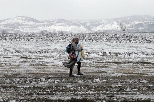 e9hyHkaRFZdDV厳冬のバルカンを歩む、難民の苦難.jpg